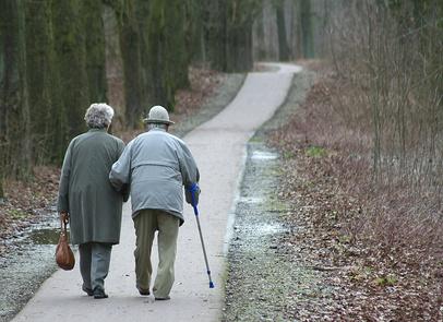 Behandlung von Parkinson mit Ergotherapie, Renter im Wald