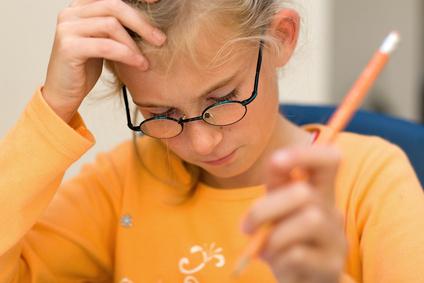 Konzentrationsstörungen Ergotherapie, kind beim lernen