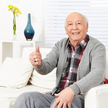Dieser alte Mann ist glücklich und findet Ergotherapie super!